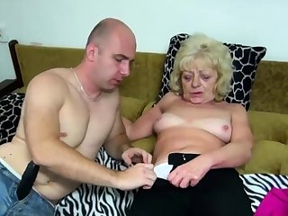 Old blonde bimbo gets her cunt dildoed