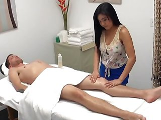 Asian masseuse blows bushwa of hung client after massage